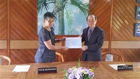 台灣向太平洋島國論壇(PIF)捐贈「台灣/中華民國與PIF獎學金計畫」50萬美元援款,駐斐濟代表高泉金當地時間19日代表捐贈。(圖/中央社/駐斐濟代表處提供)