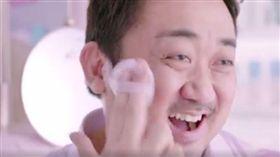 《屍速》馬東錫扮「粉紅大叔」 推銷Krystal化妝品 圖/翻攝自韓網、아이돌 이슈 - New臉書