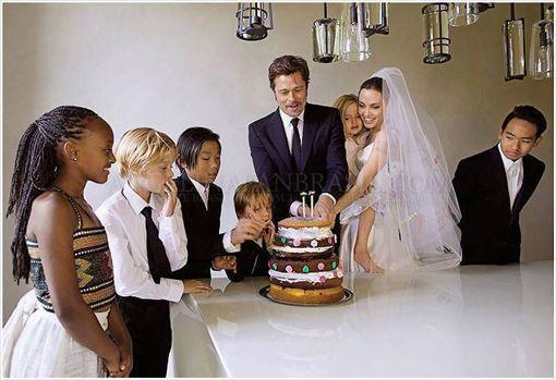 2014年8月23日布裘於法國完婚,六名孩子伴隨在旁。(圖/翻攝自《時人雜誌》)布萊德彼特,裘莉