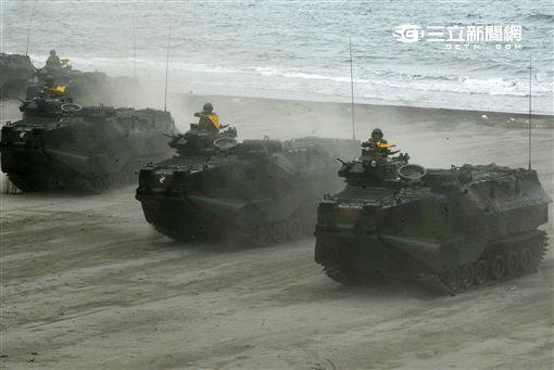 海軍陸戰隊幾乎勝任所有地形作戰的AAV7A1兩棲突擊車,可進行連續7個小時的兩棲水面航行操作, 是目前全世界性能最優異的兩棲戰鬥車輛。 。(記者邱榮吉/攝影)
