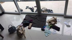 6台女泰國巴達雅疑遭迷昏 現金失竊 6名台灣女子22日入住泰國巴達雅一家獨棟渡假別墅,當晚6人都異常沉睡,一早起來發現所有人的皮夾散落一地,現金被偷光,想晚間時聞到一股古怪香味,十分可疑,已報警處理。(受害人提供) 中央社記者劉得倉曼谷傳真 105年9月24日