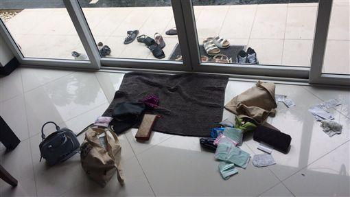 6台女泰國巴達雅疑遭迷昏 現金失竊6名台灣女子22日入住泰國巴達雅一家獨棟渡假別墅,當晚6人都異常沉睡,一早起來發現所有人的皮夾散落一地,現金被偷光,想晚間時聞到一股古怪香味,十分可疑,已報警處理。(受害人提供)中央社記者劉得倉曼谷傳真 105年9月24日