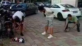 中國大陸,鐵鏟,敲頭,惡整,開玩笑 圖/翻攝自秒拍影片