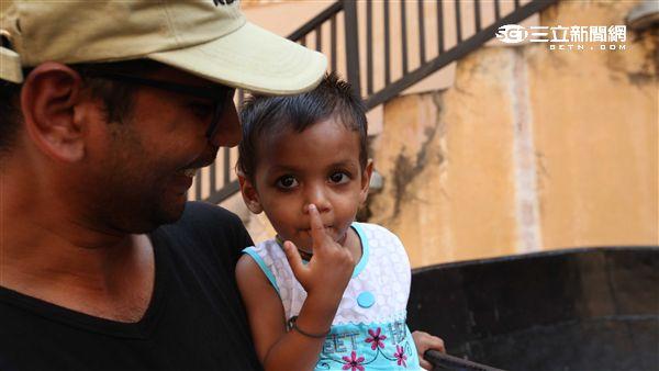 印度德里小孩、煙燻妝。(圖/記者簡佑庭攝影)
