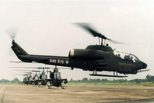 AH-1W超級眼鏡蛇攻擊直升機,座艙裝有抬頭顯示器,夜視鏡,外側攜帶4聯裝地獄火飛彈或拖式飛彈發射器,也能掛載響尾蛇短程空對空飛彈及小牛反裝甲飛彈,該型直升機可執行反裝甲、護航、多種火力支援、武裝突擊、搜索和目標識別等多種任務。(記者邱榮吉/攝影)