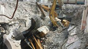 中國城建築拆除工程怪手滑落(翻攝畫面)