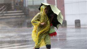 中度颱風梅姬威脅台灣本島及離島,27日風雨逐漸增強,台北街頭行人被強風吹得快站不住。中央社記者鄭傑文攝 105年9月27日 16:9