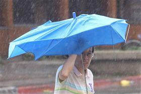 梅姬,颱風,雨傘,強風,下雨,大雨(圖/中央社)