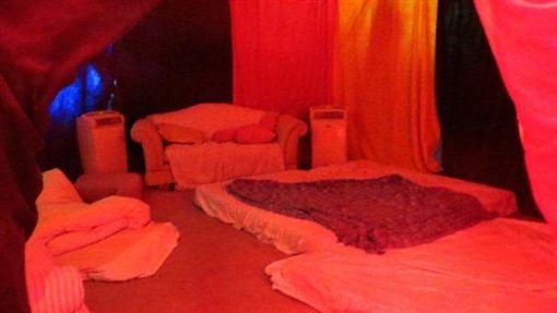 火人祭,祭典,儀式,群交,Orgy Dome,派對,性愛,冷氣,沙漠,規定,美國(http://www.fella.com/life/inside-burning-mans-orgy-dome/)