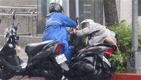梅姬,颱風,機車,強風,下雨,大雨,路人(圖/中央社)