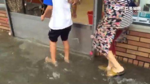 超敬業! 颱風天漏水 超商店員淋濕忙結帳