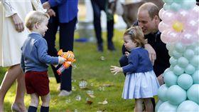 威廉王子一家四口首度合體出訪加拿大。凱特王妃,Kate,威廉王子,Prince William, 夏綠蒂,小公主,Princess Charlotte, 喬治,小王子Prince George(圖/AP/達志影像)