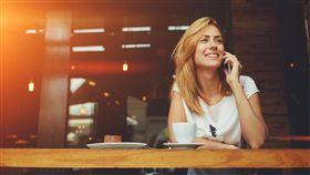 講電話,咖啡廳,休息,放鬆,獨處(圖/Shutterstock)
