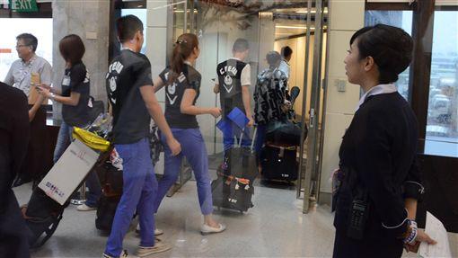 30日是威航載客最後營業日,從桃園機場最後一班前往泰國清邁的班機晚間6時起飛,許多空服人員離情依依,搭機執勤。中央社記者邱俊欽桃園機場攝 105年9月30日