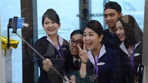 30日是威航載客最後營業日,從桃園機場最後一班前往泰國清邁的班機晚間6時起飛,部分地勤人員也在班機前合照,留下珍貴回憶。中央社記者邱俊欽桃園機場攝 105年9月30日