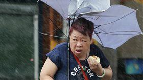 台灣大媽雨中吃肉包(圖/美聯社/達志影像)