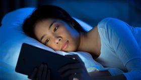 睡覺、玩手機、睡眠強迫症/shutterstock/達志影像