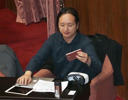 行政院最年輕的政務委員唐鳳(圖)4日首次到立法院列席總質詢,他攜帶筆電、平板、手機及虛擬實境機器進議場,休息時間他趁空檔使用VR虛擬實境裝置。中央社記者裴禛攝  105年10月4日