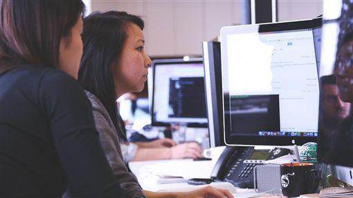 職場,辦公室,用電腦,同事(圖/Pixabay)
