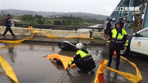 郭女騎車行經台北港前遭水泥車追撞當場死亡(翻攝畫面)