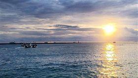 海洋,船隻,孤寂 圖/攝影者Blowing Puffer Fish, Flickr CC License https://www.flickr.com/photos/changyisheng/28854401713/