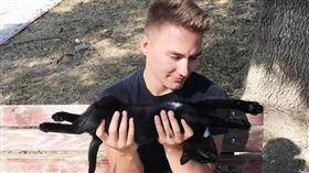 美國大兵領養貓。(圖/翻攝自The DODO)-https://www.thedodo.com/stray-cat-soldier-romania-2034035026.html