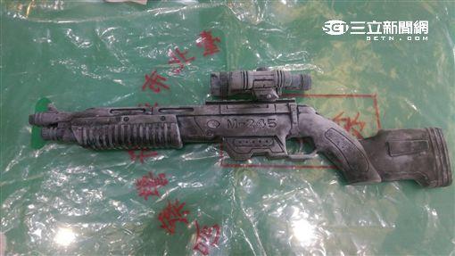 國慶雙十警場地偵檢赫見一把玩具步槍(楊忠翰攝)