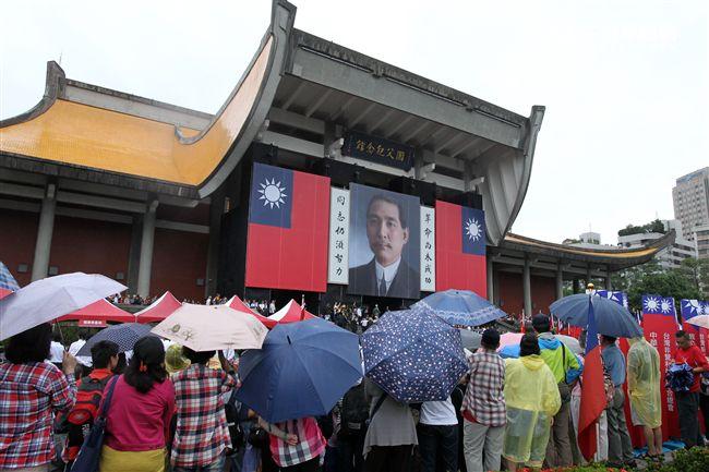 「我愛國旗嘉年華會」10日在國父紀念館隆重登場,上千名熱愛中華民國及國旗民眾,齊喊「中華民國萬歲」。(記者邱榮吉/攝影)