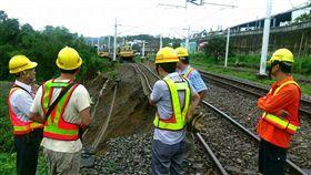 台鐵鹿野站內第3股道(141公里030~100公尺)因邊坡土石滑落,導致鹿野站內第2、3股無法通行/台鐵提供