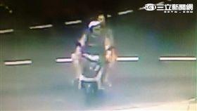 黃、陳兩嫌飛車搶奪鍾女的GUCCI包遭警逮捕(翻攝畫面)