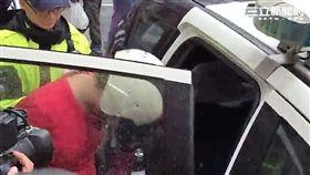 張男持水果刀強奪婦女包包還劃傷對方左手腕後遭路人壓制逮捕(翻攝畫面)