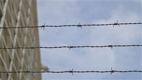監獄,鐵絲網,囚犯(圖/Pixabay)