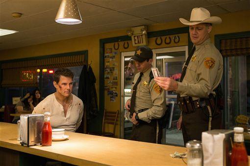 阿湯哥再演傑克李奇(2) 好萊塢影星「阿湯哥」湯姆克魯斯(Tom Cruise)(左)新片「神隱任務:永不回頭」再演前軍事調查員「傑克李奇」,導演說,湯姆克魯斯喜歡自己來,替身是全場最清閒的人。 (UIP提供) 中央社記者王靖怡傳真  105年10月13日