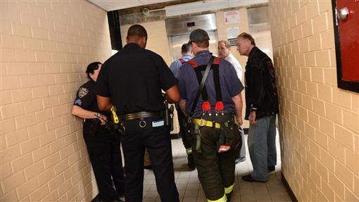 電梯,故障,大樓,美國,紐約,布魯克林,意外,違規,建築,重建,阿里(http://www.nydailynews.com/new-york/baby-stroller-falls-death-brooklyn-elevator-shaft-article-1.2829339)