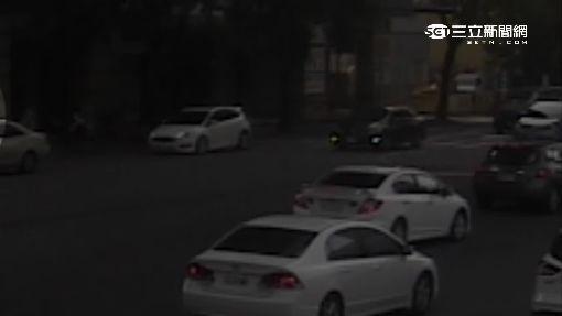 BMW X5闖紅燈 衝進停車場撞破大洞