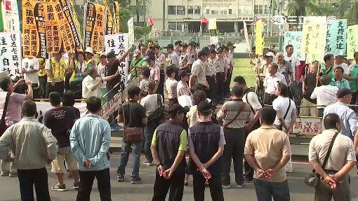 無家可歸!不滿陳菊拆房 社運人士圍議會