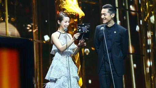 胡歌,林依晨,金鷹節(圖/翻攝自新浪娛樂) http://ent.sina.com.cn/zt_d/jinying2016