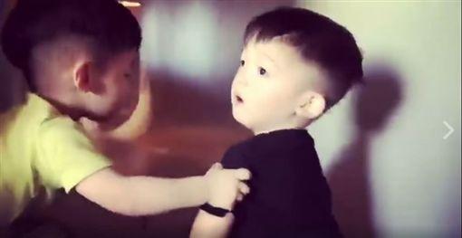 陳建州雙胞胎兒子飛飛、翔翔。(圖/翻攝自黑人 陳建州 臉書)