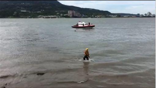 淡水車落海