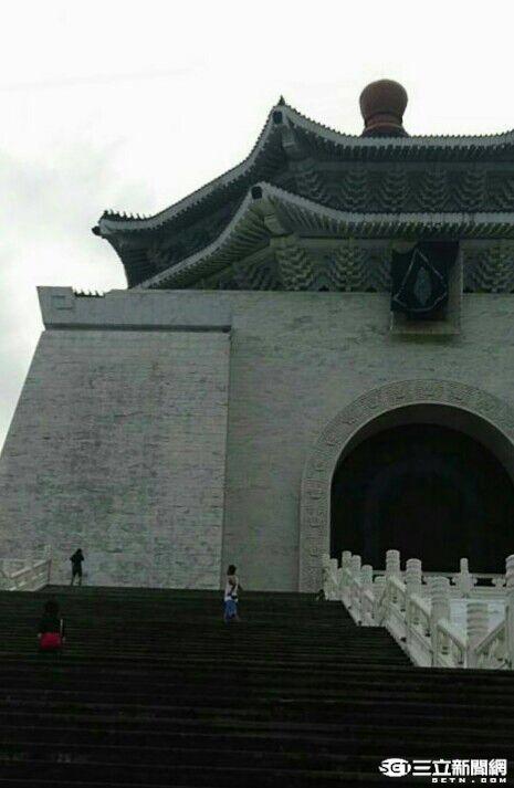 台灣國兩成員爬中正紀念堂懸掛反蔣布幔遭罰(翻攝畫面)