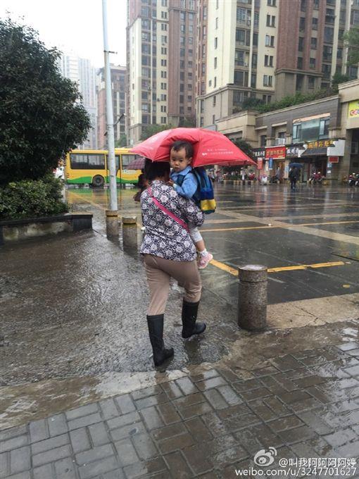 奶奶為孫子打傘(圖/翻攝自「叫我阿阿阿阿婷」微博)