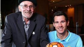 老翁賀赫克澤格(Steve Herczeg)http://www.townsvillebulletin.com.au/sport/socceroo-died-from-oxygen-supply-error/news-story/1443b3334f6434fac507012847de9bf7