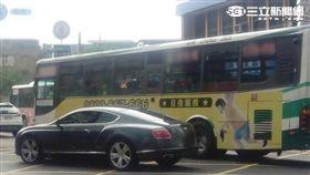 大都會公車游姓司機疑因未發現賓利車欲左轉而直接撞上車尾(翻攝畫面)