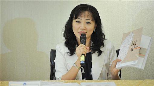 戶政司長張琬宜說明新出版的《全國姓名統計分析》一書