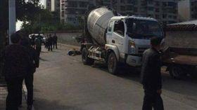 中國大陸四川驚傳水泥灌裝車壓死婦人(圖/翻攝自四川在線)