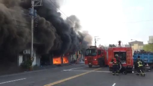 鐵皮工廠延燒9戶 員工驚逃掩面哭