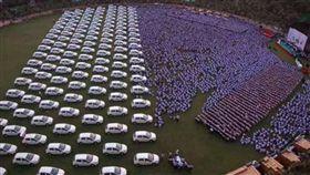 汽車 禮物 員工 http://www.newsx.com/national/44917-surat-diamond-trader-gifts-cars-and-houses-to-workers-as-diwali-gifts