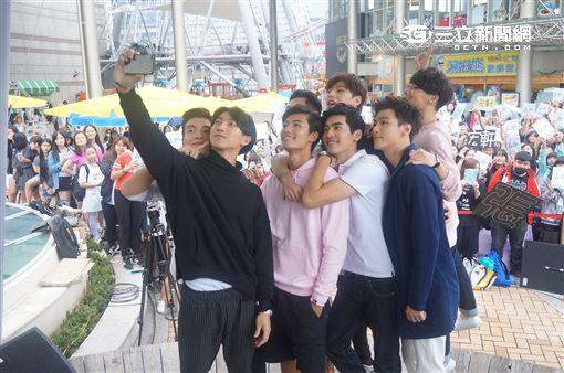 20161029飛魚八鮮肉最終合體 簽書會粉絲爆滿 圖/記者王建棠攝影