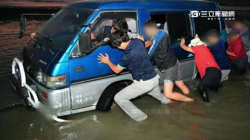 廂型車飆沙受困 里長號召10多人抬車救