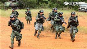 參演「長青15號操演」的官、士、兵個人新戰鬥裝具,清一色都是國造裝備。(記者邱榮吉/攝影)